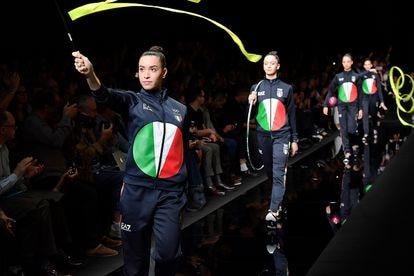 Atletas desfilam com o uniforme olímpico da Itália.