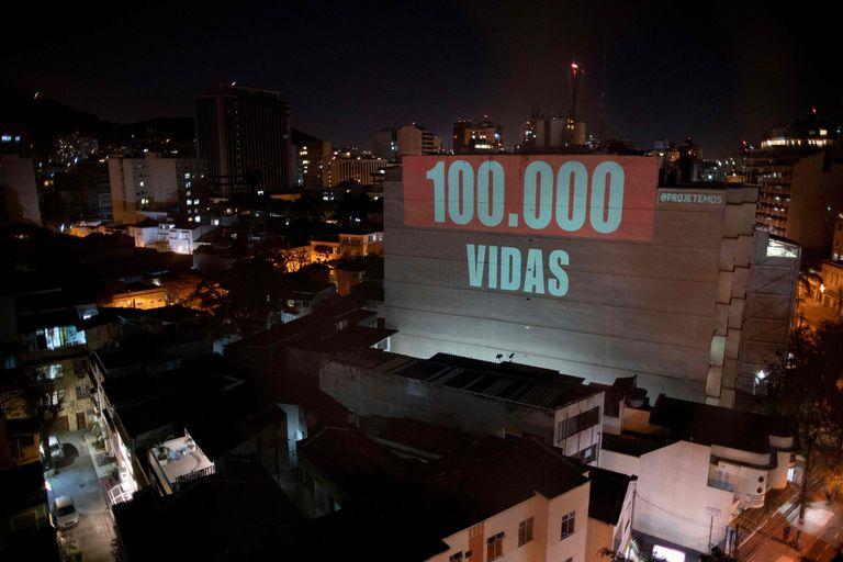 Uma projeção em um prédio do Rio de Janeiro homenageia as 100.000 vítimas do novo coronavírus no Brasil.