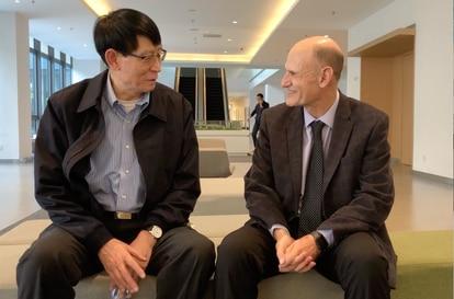 O cientista chinês Ji Weizhi, coautor principal do estudo, e o espanhol Juan Carlos Izpisua.