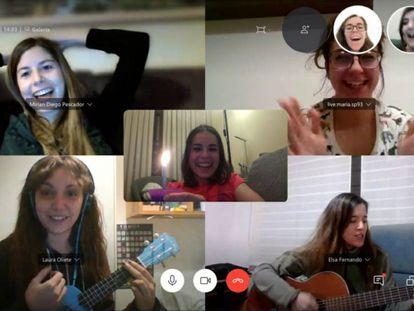 Raquel García Chico, em uma videochamada pelo Skype com suas amigas.
