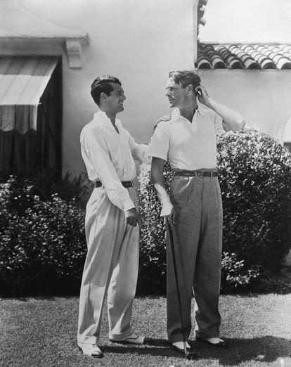 Cary Grant e Randolph Scott posam no jardim de sua casa em Santa Monica.