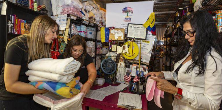 Voluntárias da ONG Venezuelan Awareness na sexta-feira, dia 24, em Miami.
