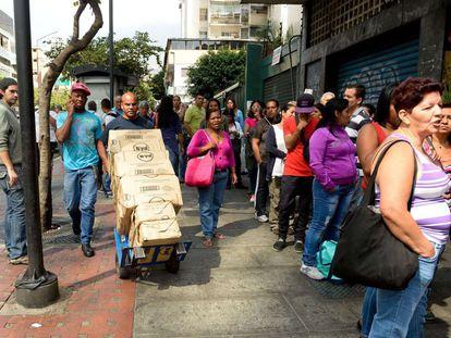Venezuelanos fazem fila em supermercado de Caracas, em 12 de fevereiro.
