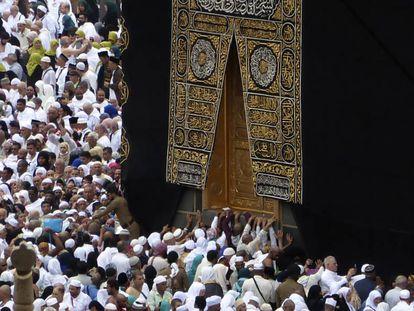 Peregrinos muçulmanos rezam próximo a Kaaba, em Meca, na segunda-feira.
