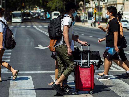 Turistas com malas caminham pelo centro de Málaga nesta segunda-feira.