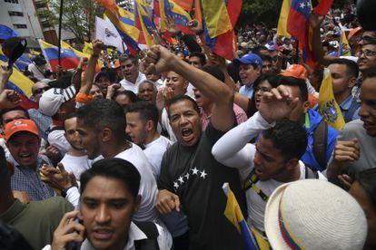 Manifestantes gritam slogans durante um protesto contra o presidente Nicolás Maduro e seu Governo em Caracas, Venezuela, na terça-feira, 10 de março de 2020.