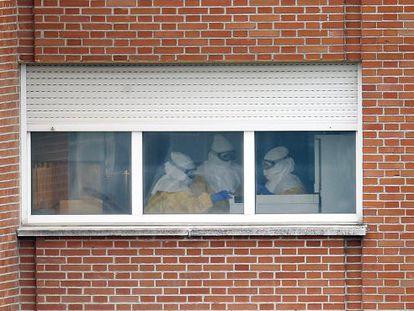Na imagem, funcionários com o equipamento de proteção.