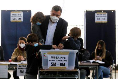 O candidato presidencial da direita chilena, Sebastián Sichel, deposita seu voto durante as primárias deste domingo, em Santiago.