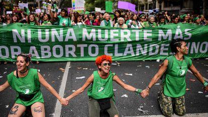 Mulheres em frente ao Congresso argentino acompanham votação.