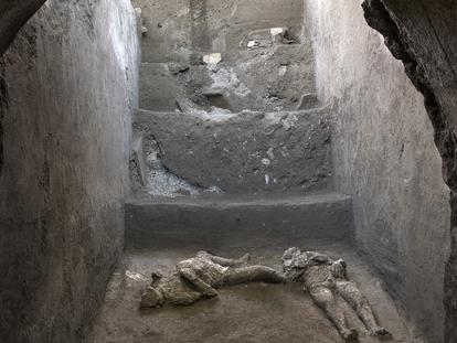 Corpos de duas vítimas de Pompeia, surpreendidas pela erupção do Vesúvio no ano 79.