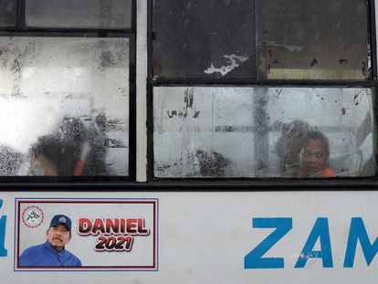 Propaganda política dopresidente da Nicarágua, Daniel Ortega, em um ônibus em Manágua.