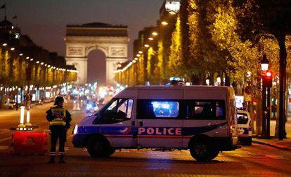 Policiais bloqueiam a avenida Champs Elysees, em Paris.