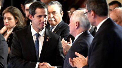 Juan Guaidó cumprimenta o vice-presidente de EUA, Mike Pence, em Bogotá.