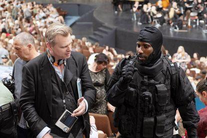 Christopher Nolan com o ator John David Washington na filmagem de 'Tenet'. Em vídeo, trailer do filme