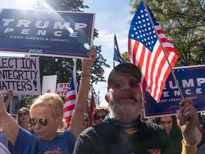 Apoiadores de Trump se manifestam no sábado diante de um dos edifícios do Governo estadual da Geórgia, em Atlanta.