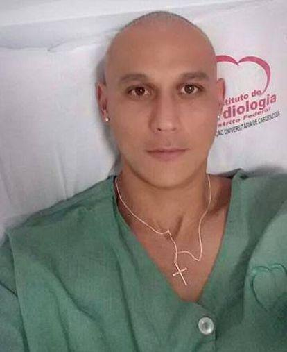 Sem receber seguro do clube, Silas tem de bancar sozinho o tratamento contra o câncer.