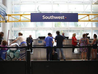 Passageiros fazem check-in no aeroporto Fort Lauderdale-Hollywood International.
