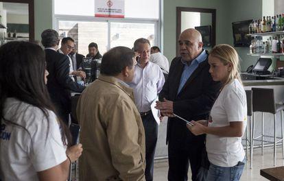 A esposa do opositor Leopoldo López, Lilian Tintori, na terça-feira com o secretário-geral da MUD, Jesús Torrealba, em Caracas.