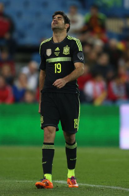 Diego Costa se lamenta em um instante da partida.