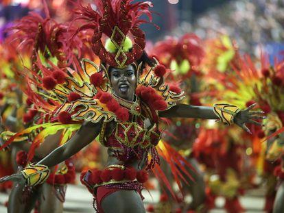 Acidente com carro alegórico da escola de samba Paraíso do Tuiuti ofuscou o primeiro dia desfile das escolas de samba do Rio, mas não impediu que o espetáculo continuasse no Sambódromo.