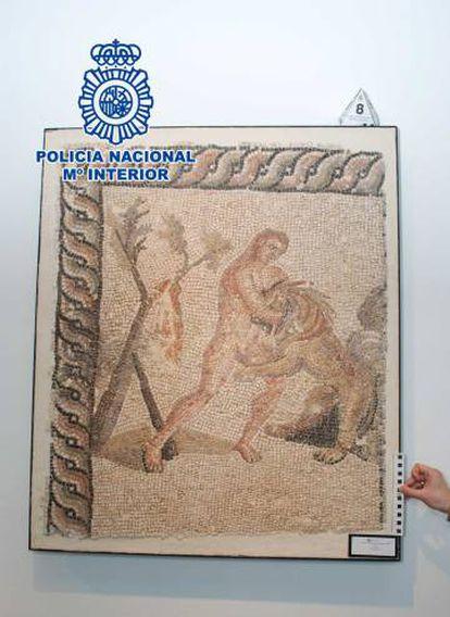 Um dos mosaicos procedentes da Líbia confiscados pela Polícia Nacional em Barcelona.