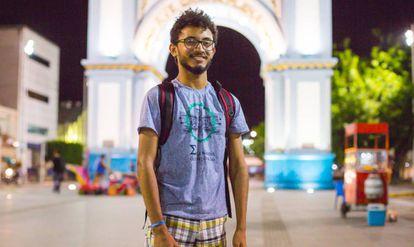 Tailson Alves em frente ao Arco da Nossa Senhora de Fátima, cartão postal de Sobral (CE).