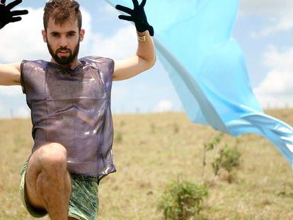 Lineker, com o visual para o clipe de 'Gota por Gota'.