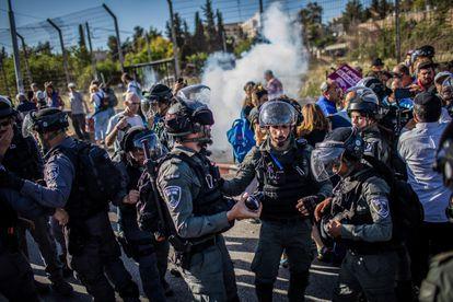 Polícia israelense dissolve protesto contra o despejo de famílias palestinas no bairro de Sheikh Yarrah, em Jerusalém, na sexta-feira.