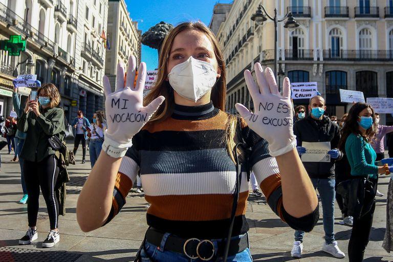 """Manifestação de profissionais de saúde em Madri com o lema """"Vocação não justifica exploração"""", em 12 de outubro."""