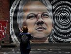 TOPSHOT - A mural of Australia's Julian Assange is seen in a laneway in Melbourne on January 5, 2021, after a judge in London ruled that the WikiLeaks founder should not be extradited to the US to face espionage charges for publishing hundreds of thousands of classified military and diplomatic documents in 2010. (Photo by William WEST / AFP) / RESTRICTED TO EDITORIAL USE - MANDATORY MENTION OF THE ARTIST UPON PUBLICATION - TO ILLUSTRATE THE EVENT AS SPECIFIED IN THE CAPTION