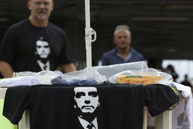 Venda de t-shirts com o retrato do ultra Bolsonaro nesta quarta-feira em Brasília.