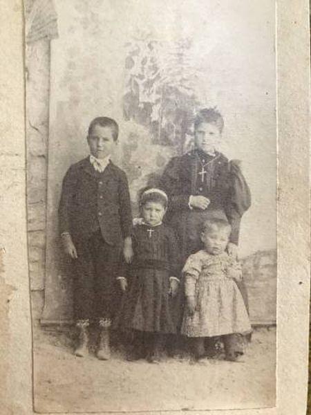 A adolescente assassinada (acima, à direita) com três irmãos, no início do século XX