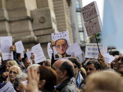 Manifestantes a favor do juiz Carlos Fayt.