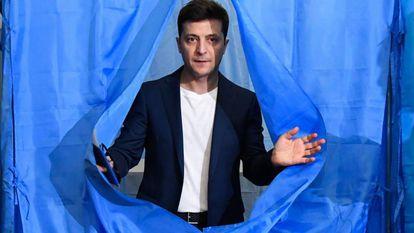 Volodímir Zelenski, em um colégio eleitoral de Kiev, neste domingo.