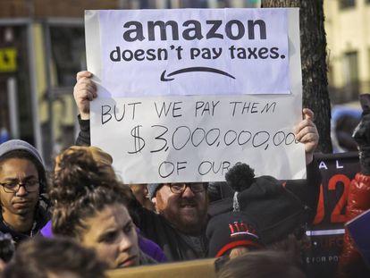 Grupo de manifestantes protesta contra o plano da Amazon em Nova York.