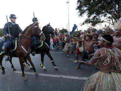Policias em confronto com os índios nesta terça-feira.