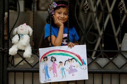 Jemima, de seis anos, desenhou um piquenique com os pais e os avós, algo de que sente falta durante o confinamento em Bekasi (Indonésia).
