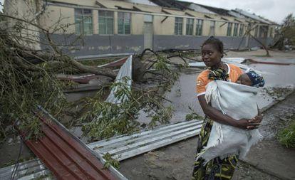Uma mulher segura seu filho na cidade da Beira (Moçambique)
