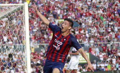 O atacante Fernando Ovelar celebra seu primeiro gol pelo Cerro Porteño diante do Olimpia.