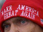 Un hombre viste un gorro de apoyo a Donald Trump en un mítin reciente.