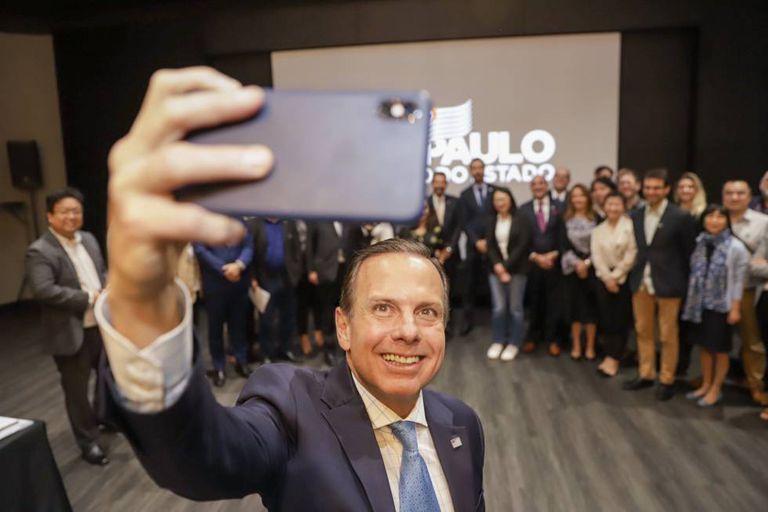 O governador João Doria tira selfie com os correspondentes.