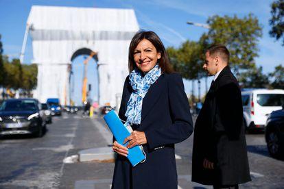 A prefeita de Paris, Anne Hidalgo, posa diante o Arco do Triunfo 'empacotado'.