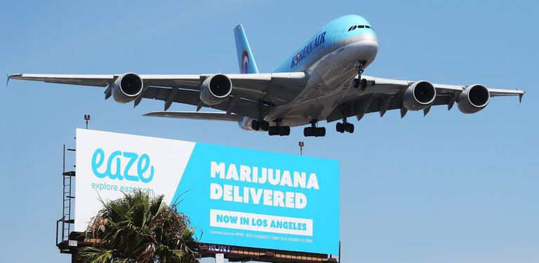 Avião sobrevoa um anúncio de um serviço de entrega de maconha em Los Angeles.