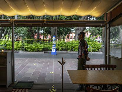 Um garçom espera a chegada de algum cliente no restaurante Entrevero, na praça Coyoacán, na Cidade do México.