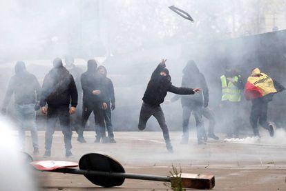 Lançamento de objetos contra os policiais durante o protesto.