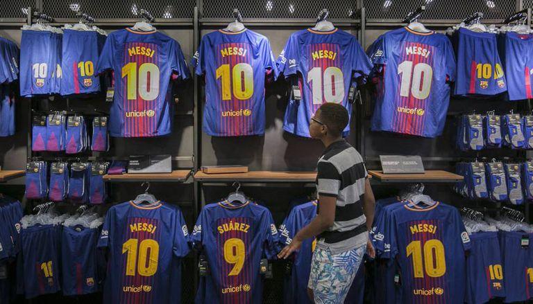 Camisas de Messi e Luis Suárez, na loja do FCB no Camp Nou