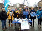 Un grupo de partidarios de la permanencia en la UE, entre ellos Bill Rodger (detrás con pelo blanco), el sábado en Edimburgo.