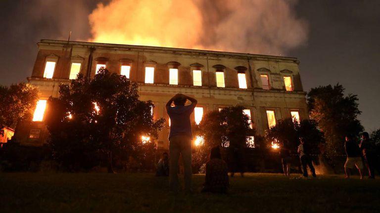 Pessoas observam como as chamas destroem o Museu Nacional.