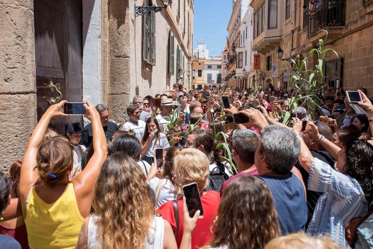 Celebração espontânea da festa de San Juan em Ciutadella, em Menorca, que foi suspensa pelo Conselho da Cidade por causa das aglomerações.