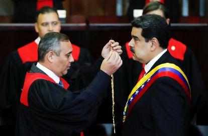 O presidente do Supremo da Venezuela, Maikel Moreno, juramenta o presidente venezuelano Nicolás Maduro durante a ceremônia na Corte Suprema.